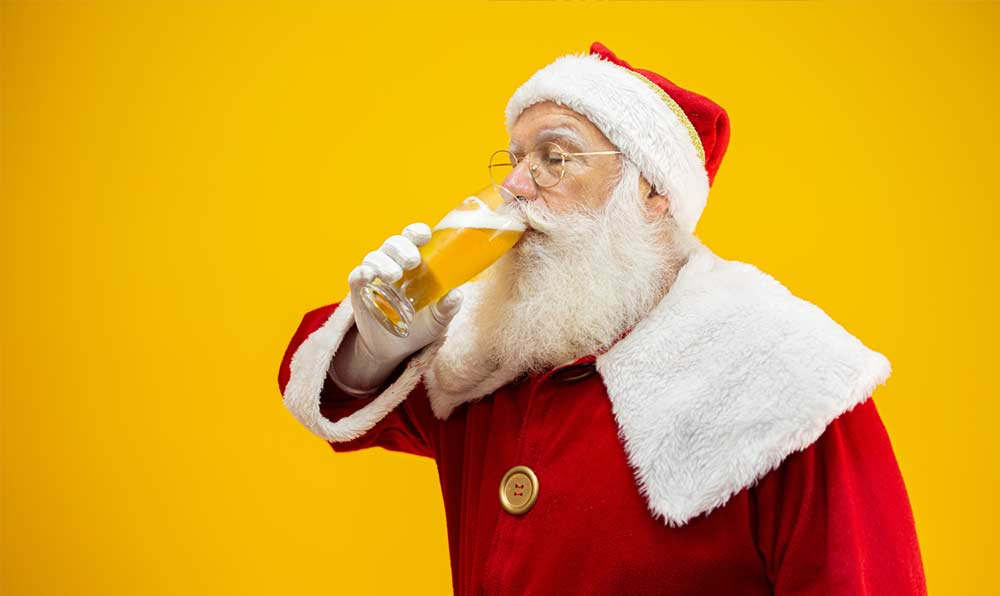 Joulupukki imee olutta