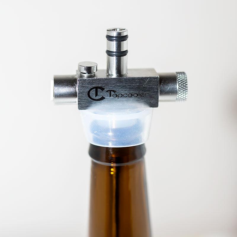 Tapcooler vastapainepullotin pulloon kiinnitettynä